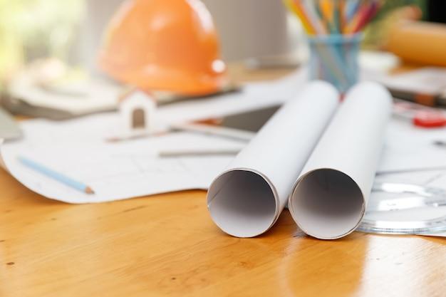 Closeup engenheiro arquitetos e mesa de designer de interiores com plantas
