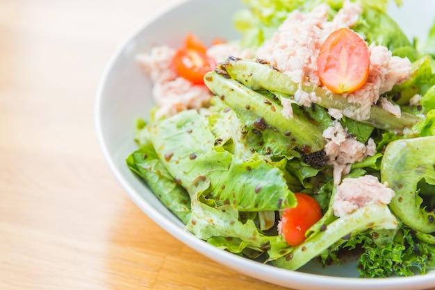 Closeup enlatado salada de jantar alimentos
