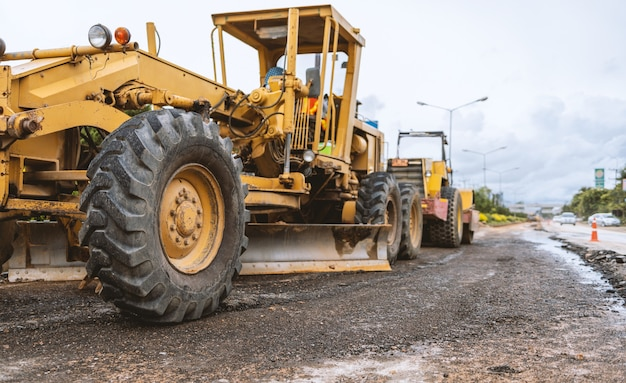 Closeup escavadeiras removendo pedra nas obras de construção de uma estrada e reparo