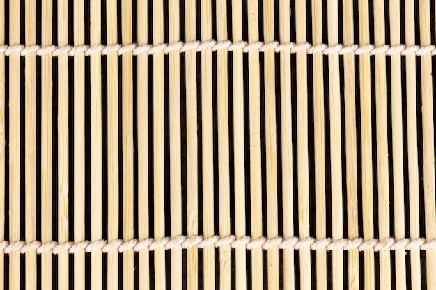 Closeup esteira de palha de bambu de madeira para cozinhar sushi na ásia