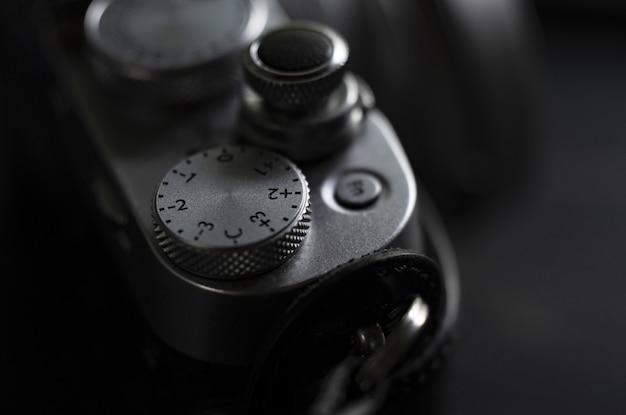 Closeup extrema de um controle deslizante de câmera profissional filmado em preto e branco