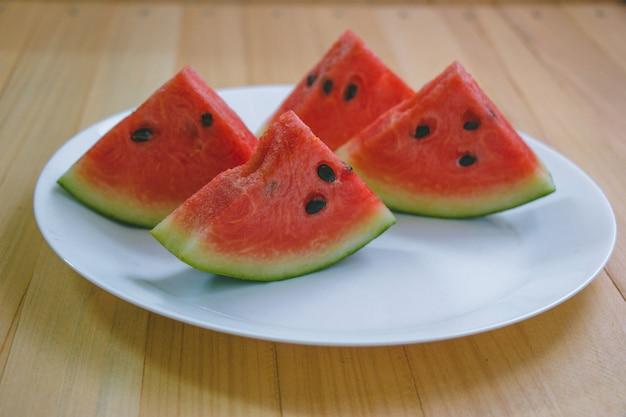 Closeup fatia de melancia refrescante em um espaço de madeira