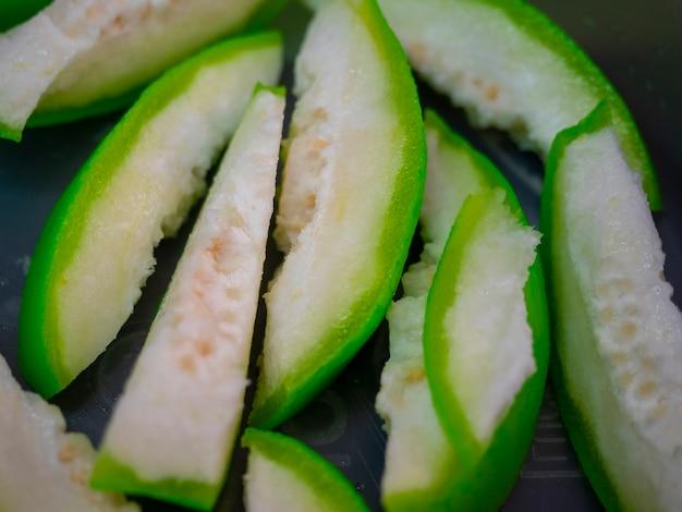 Closeup fatiado de goiaba em conserva (goiaba embebida em ameixa salgada), comida de rua com fruta tailandesa