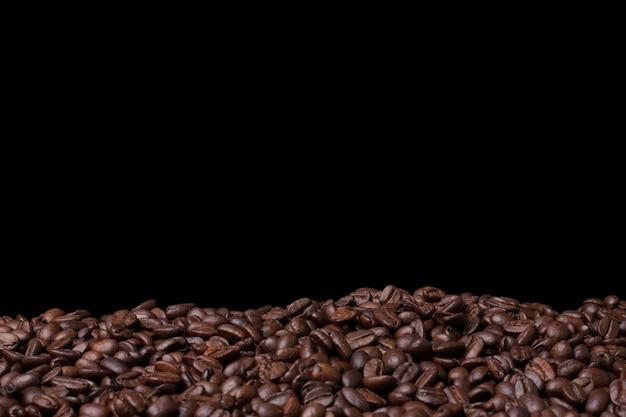 Closeup feijão de café fresco no preto