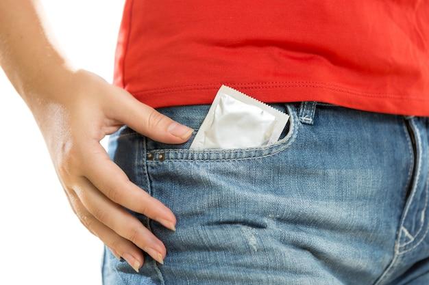Closeup foto conceitual de preservativo no bolso da calça jeans
