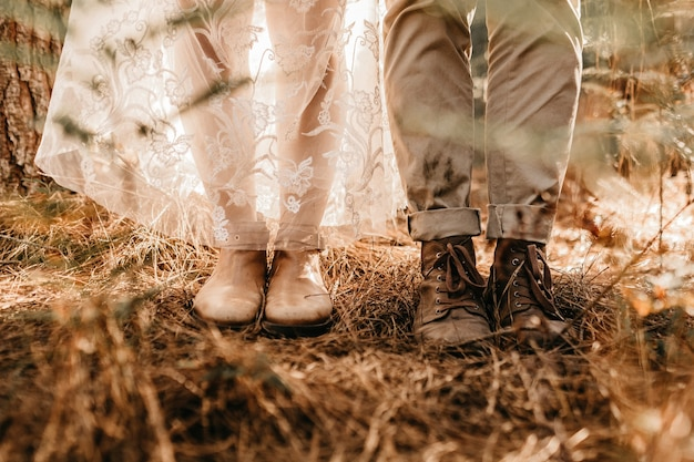 Closeup foto das pernas de uma mulher em um vestido branco e bota branca