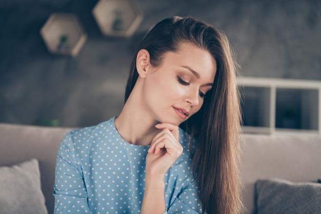 Closeup foto de atraente terno namorado distante videochamada on-line reunião na internet fotografando selfies quarentena ficar em casa sentar sofá usar vestido azul sala de estar dentro de casa