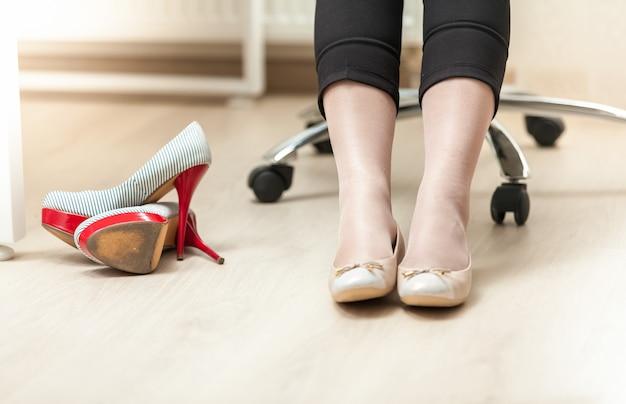 Closeup foto de empresária usando sapatilhas de balé