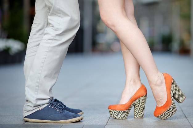Closeup fotografia de pernas masculinas e femininas durante uma data