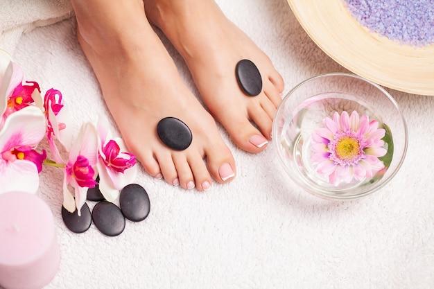Closeup fotografia de pés femininos no salão spa no procedimento de pedicura.