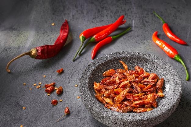 Closeup, fresco, quentes, pimentas pimenta-malagueta, ligado, escuro, textured, tabela