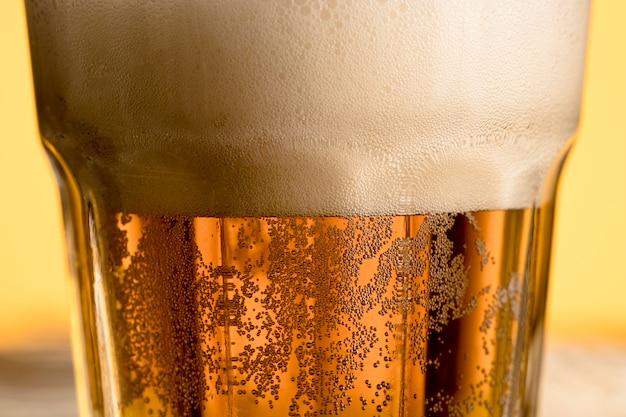 Closeup frio copo de cerveja com bolha