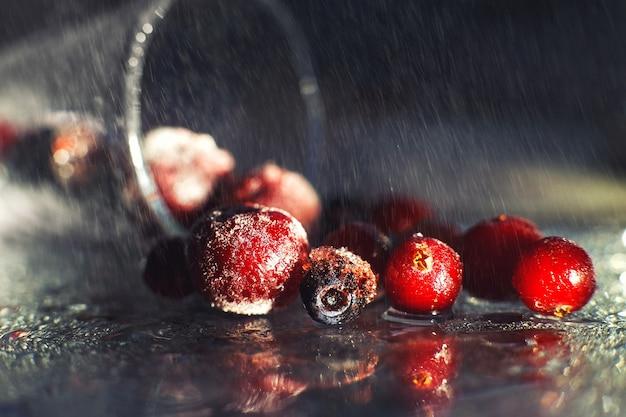 Closeup frutas congeladas no vidro com reflexo