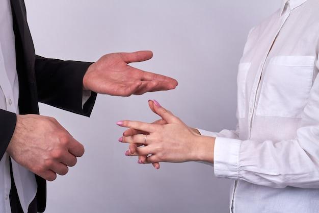 Closeup gesticulando mãos de empresários