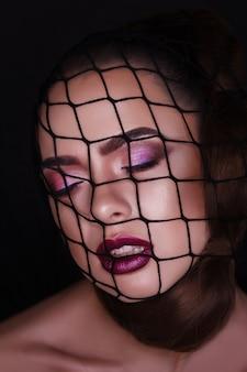 Closeup glamour, retrato da moda da mulher bonita com meias de malha no rosto. molhado, brilho maquiagem. marcador brilhante na pele, lábios sensuais e olhos esfumaçados