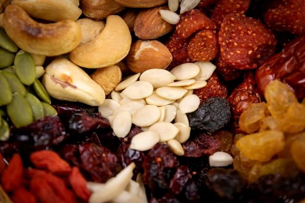 Closeup grupo de vários tipos de grãos inteiros e frutas secas.