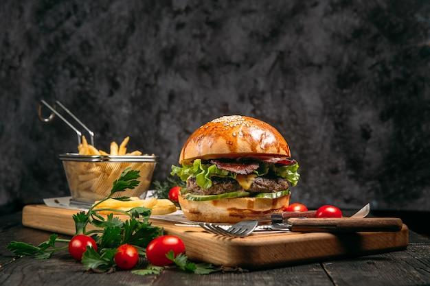 Closeup hambúrguer, batatas fritas e tomates