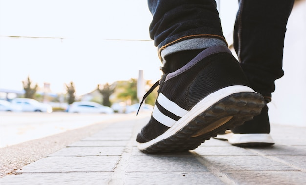 Closeup hipster andando na rua