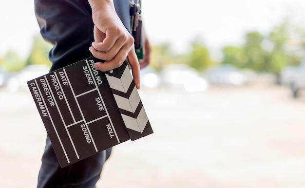 Closeup homem mãos segurando claquete de filme