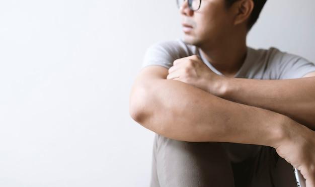 Closeup homem sentado sozinho, sentindo-se triste