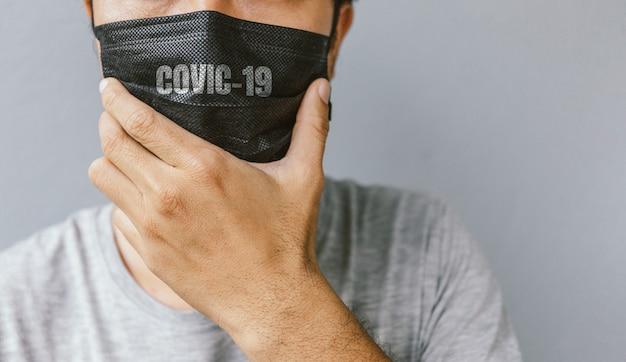 Closeup homens usando uma máscara para proteger o coronavírus (covit-19) com foco suave
