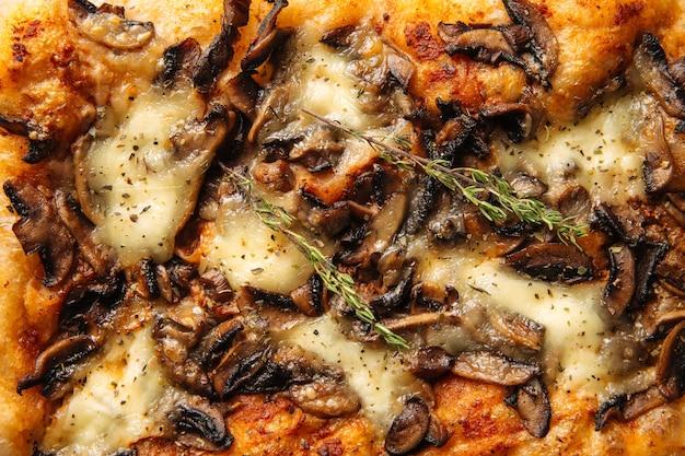 Closeup horizontal assado pão focaccia italiano com textura de cogumelo