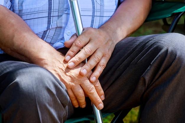Closeup idosos caucasiano mãos de homem envelhecido médio sênior