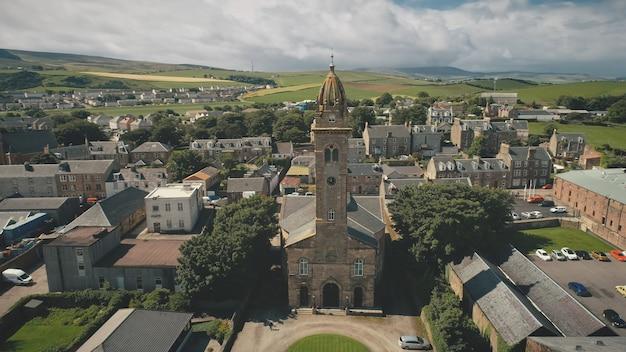 Closeup igreja antiga na atração da arquitetura histórica aérea da cidade da europa na escócia