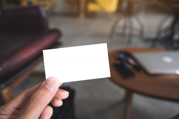 Closeup imagem da mão de um homem segurando o cartão vazio no café