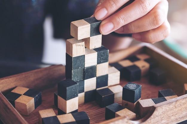 Closeup imagem de pessoas jogando e construindo jogo de quebra-cabeça de madeira
