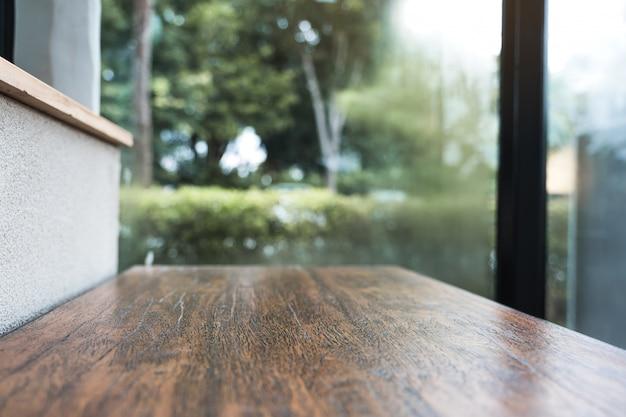 Closeup imagem de uma barra de madeira com desfocar o fundo verde da natureza