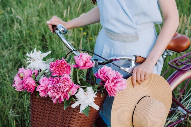 Closeup imagens de belas mãos femininas segurar uma bicicleta