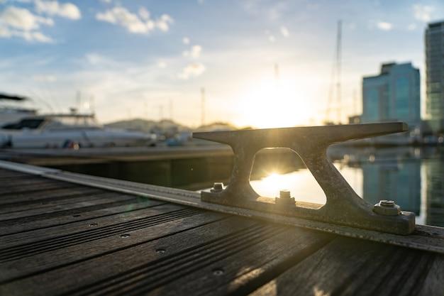 Closeup imagine uma corda amarrada a um grampo de metal no convés de um iate. filmagem fullhd de alta qualidade