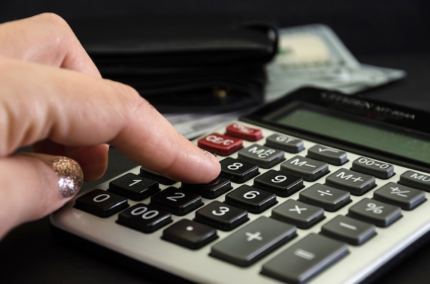 Closeup impressões de mão na calculadora.