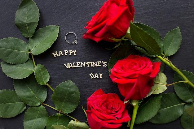Closeup inscrição feliz dia dos namorados em um fundo preto