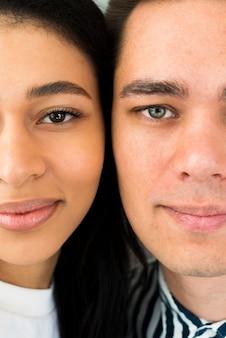 Closeup jovem casal atraente