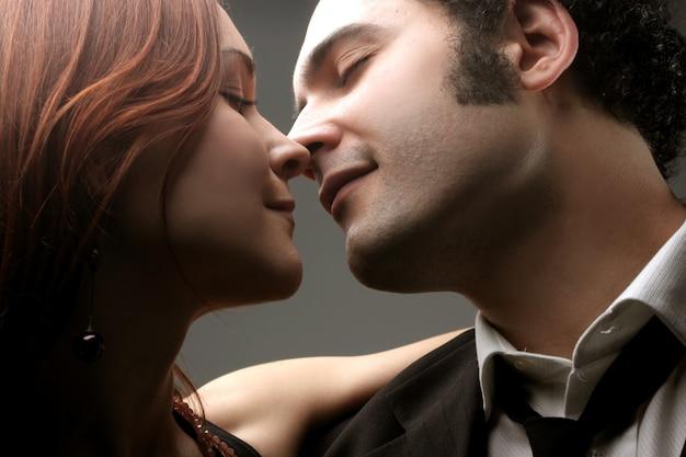 Closeup, jovem, par, beijando