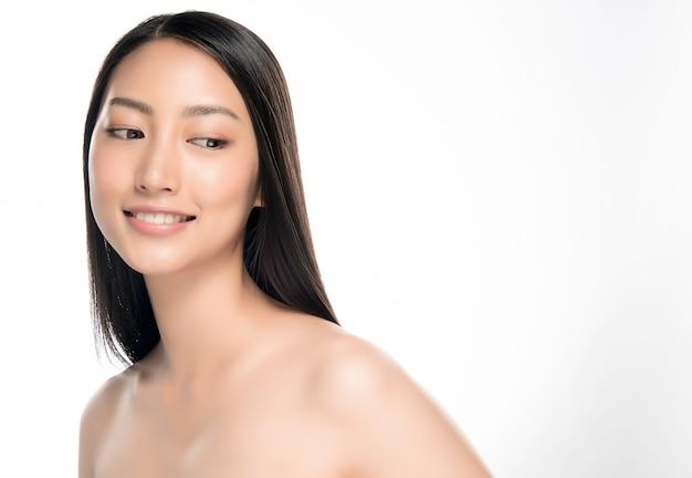 Closeup jovem sorridente rosto com pele limpa