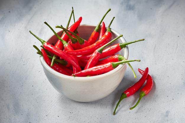 Closeup, ligado, vermelho quente, pimentas pimenta-malagueta, em, tigela cerâmica, ligado, luz