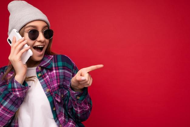 Closeup linda feliz positiva jovem loira vestindo uma camisa roxa hipster e casual