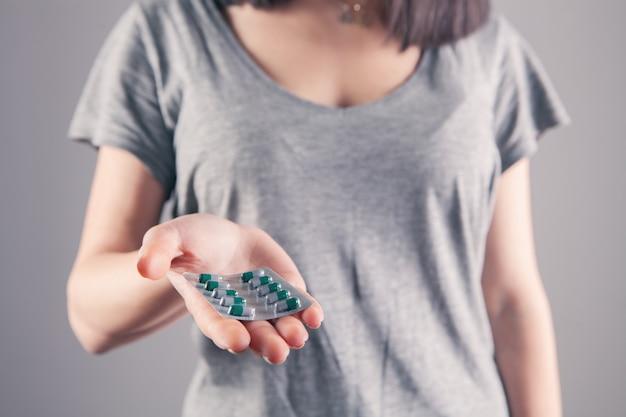 Closeup mão de mulher segurando comprimidos