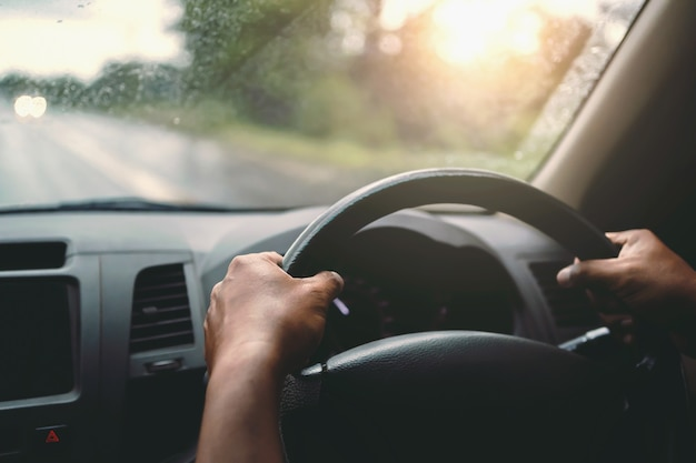 Closeup mão do carro do motorista na estrada