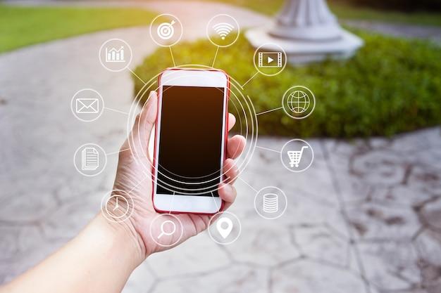 Closeup mão segurando pagamentos com smartphone, compras on-line com ícone de conexão de rede do cliente