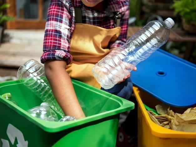 Closeup, mãos, separando, plástico, garrafas