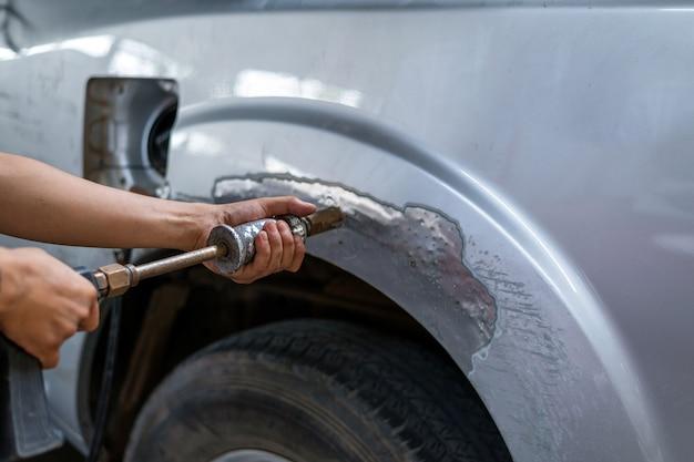 Closeup máquina para reparação de carro e pintura com serviço profissional