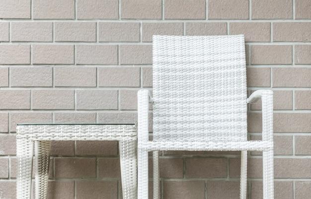 Closeup mesa e cadeira no fundo de textura de parede de tijolo