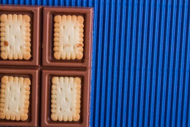 Closeup misturou barra de chocolate com biscoitos crocantes