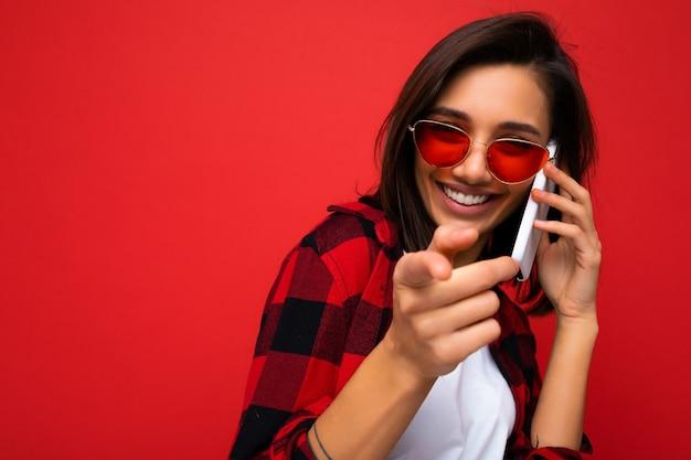 Closeup muito feliz, rindo, jovem morena vestindo uma elegante camiseta vermelha