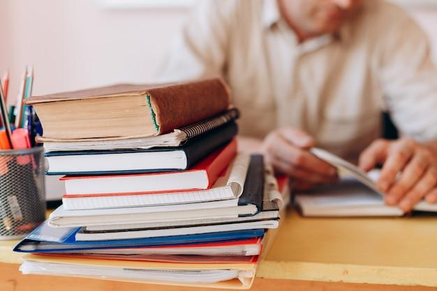 Closeup muitos livros na mesa.
