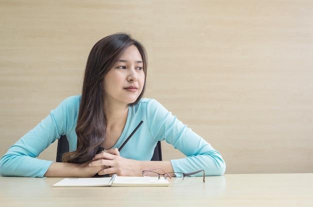 Closeup, mulher asian, trabalhando, com, pensando, rosto, emoção, e, um, lápis, em, dela, mão